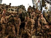 חיילי מארינס בדרכם מבסיס אמריקאי בכווית לאפגניסטן, בשבוע שעבר / צילום: Reuters, US AIR FORCE
