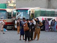 פליטים אפגניים בדרכם החוצה מהמדינה / צילום: Associated Press, Rahmat Gul