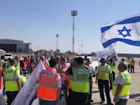 מחאת עובדי אל על מול מטוס רה''מ בנתב''ג, בשבוע שעבר / צילום: ועד עובדי אל על