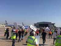 מחאת עובדי אל על מול מטוס רה''מ בנתב''ג / צילום: ועד עובדי אל על