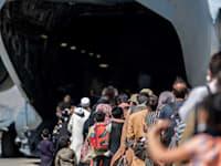 משפחות עולות על מטוס של חיל האוויר האמריקאי בשדה התעופה בקאבול / צילום: Associated Press, .S. Marine Corps