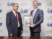 מימין לשמאל: טוני דאגלס, מנכ''ל איתיחאד ויוסי מלמד, סמנכ''ל התעשייה האווירית ומנהל חטיבת תעופה / צילום: איתיחאד