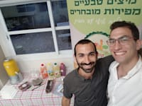 נפתלי גרוס (מימין) ומתן זיסמן, בעלי ''טנא מיצים'' / צילום: תמונה פרטית