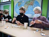 תלמידים מבצעים בדיקת קורונה מהירה בתחילת יום הלימודים בהמבורג בגרמניה, החודש / צילום: Reuters, Christian Charisius