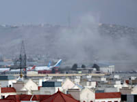 עשן עולה מעל שדה התעופה בקאבול לאחר הפיגוע המשולב ביום חמישי / צילום: Associated Press, Wali Sabawoon