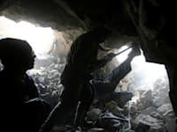 כורים אפגנים במכרה של אבני אִזמרגד ואמרלד (ברקת) בהרי עמק פנג'שיר מצפון לקאבול / צילום: Reuters, Ahmad Masood