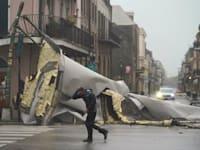 אדם עובר ליד חלק מגג שקרס ברובע הצרפתי בניו אורלינס בשל הוריקן איידה / צילום: Associated Press, Eric Gay