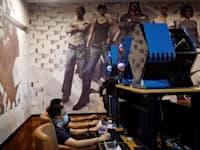 ילדים משחקים במשחקי מחשב בבית קפה בבייג'ין / צילום: Reuters, Florence Lo