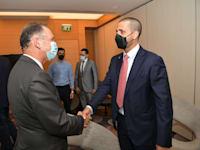 מימין: השגריר ח'אלד אל ג'לאהמה, וגיל השכל - ראש מחלקת הטקס במשרד החוץ / צילום: שלומי אמסלם, לע''מ