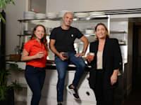 מימין: נירית שקדי, תומר פרג' ומור פרנס. במטבחון R2M / צילום: איל יצהר