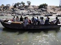 אתיופים נמלטים בסירה מחבל טיגריי לסודן / צילום: Reuters, BAZ RATNER