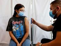 חיסון שלישי לקורונה בתל אביב / צילום: Reuters, אמיר כהן