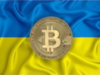 מטבע ביטקוין על רקע דגל אוקראינה / צילום: Shutterstock