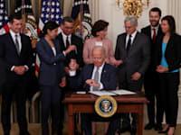 הנשיא ביידן חותם על הצו הנשיאותי לקידום התחרות, ביולי / צילום: Reuters, EVELYN HOCKSTEIN