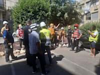 צוותים מחוץ לבניין / צילום: עיריית חולון