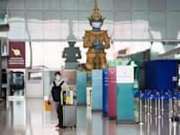 נוסע יחיד בשדה התעופה בבנגקוק, תאילנד, לפני חודשיים / צילום: Associated Press, Behrouz Mehri Sakchai Lalit