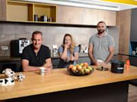 מימין: שאדי אבו סיני, קרין לקסר, אשכר גינוסר. במטבחון של מחלבת יוטבתה / צילום: איל יצהר