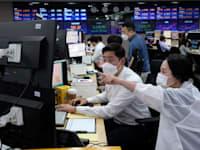 דריכות בבורסות בעולם. מסחר בבורסה בסיאול, אתמול / צילום: Associated Press, Ahn Young-joon