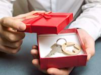 איך אפשר לתת דירה במתנה? / צילום: Shutterstock, Andrii Yalanskyi