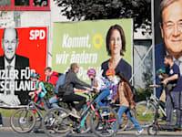 שלטי בחירות של שלושת המועמדים לתפקיד קנצלר גרמניה. מימין: ארמין לאשט, אנלנה ברבוק ואולף שולץ / צילום: Associated Press, Martin Meissner