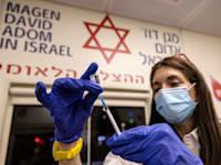 חיסון לקורונה בתחנת מד''א / צילום: Associated Press, Tsafrir Abayov