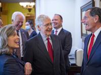 מנהיג המיעוט בסנאט, מיץ' מקונל, ושני הסנאטורים הרפובלקאים ג'וני ארנסט וג'ון באראסו, לפני מסיבת העיתונאים בשבת, שבה הודיעו שלא יתמכו בהעלאת תקרת החוב / צילום: Reuters, Lamkey Rod