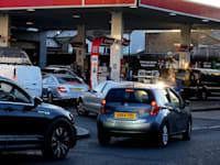 מחסור בדלק יצר לחץ ופקקים ברחבי תחנות דלק בבריטניה / צילום: Associated Press, Frank Augstein