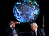 ר''מ בריטניה ג'ונסון מתיידד עם כדור הארץ / צילום: Reuters