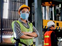 פועלת במפעל / צילום: Shutterstock