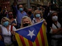 אישה מחזיקה בדגל העצמאות של קטלוניה. שיעור הצעירים שתומכים בהיפרדות מספרד ירד / צילום: Associated Press, Joan Mateu