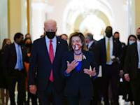 הנשיא ג'ו ביידן, ויו''ר בית הנבחרים הדמוקרטית, ננסי פלוסי, בגבעת הקפיטול ביום שבת / צילום: Associated Press, Susan Walsh