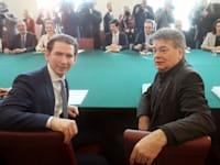 הקנצלר האוסטרי סבסטיאן קורץ (שמאל) וסגנו וורנר קוגלר, מנהיג מפלגת ''הירוקים'' / צילום: Associated Press, Ronald Zak