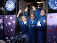מימין: קלים שיפנקו, הקוסמונאוט אנטון שקפרלוב ויוליה פרסילד לפני הטיסה לחלל / צילום: Reuters, Roscosmos/Handout