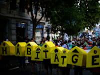 מפגינים מוחים על מחירי השכירות הגבוהים בברצלונה ב-2017 / צילום: Associated Press, Manu Fernandez