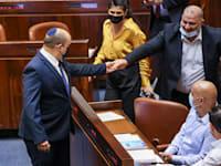 מנסור עבאס, בהצבעה על הקנאביס השבוע / צילום: נועם מושקוביץ, דוברות הכנסת
