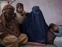 נשים באפגניסטן. אין החלטה אחת שתקפה בכל המדינה לגבי פתיחת בתי ספר לנשים / צילום: Associated Press, Felipe Dana