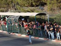 מבקשי עבודה פלסטינים ממתינים להיכנס לאיזור התעשייה בברקן, 2018 / צילום: Reuters, Mohamad Torokman Mustafa