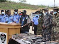 שוטרים ניגריים ושלושה חשודים (מימין) בחטיפת תלמידים במדינת המחוז קדונה / צילום: Associated Press, Gbemiga Olamikan