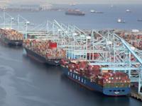 אניית משא ממתינות מחוץ ובתוך נמל לונג ביץ' בלוס אנג'לס, החודש / צילום: Reuters, LUCY NICHOLSON