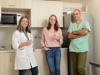 מימין: ד״ר גיא חושן, קרן מיפנו, פולי בן עמי. המטבחון של: מרפאת מחלימים - פוסט קורונה, בית החולים איכילוב / צילום: איל יצהר