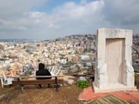 צעיר משקיף על העיר אום אל פאחם. כ-40% מבין בני 24-18 בחברה הערבית חסרי מסגרת / צילום: Associated Press, Oded Balilty
