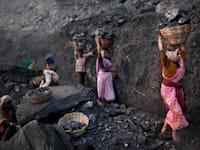 נשים הודיות סוחבות סלי פחם אל מחוץ למכרה בג'הרקאנד במזרח הודו, 2018 / צילום: Associated Press, Kevin Frayer