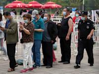 תור לחיסון בבייג'ינג / צילום: Associated Press, Andy Wong