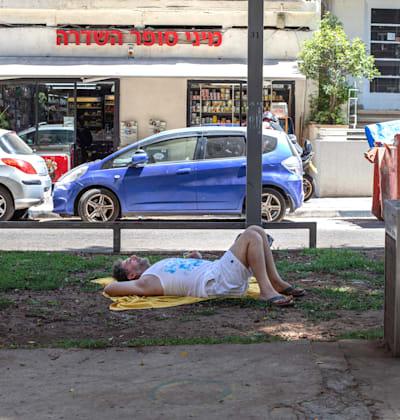 צעיר ישראלי בשדרה בתקופת אבטלה / צילום: כדיה לוי