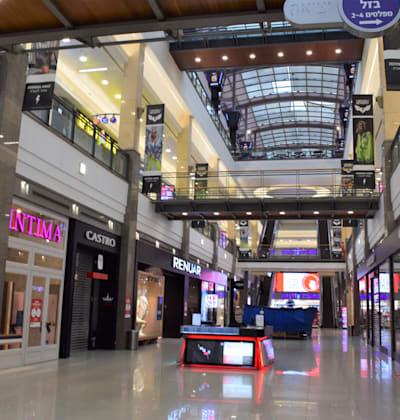קניון פתח תקווה בזמן הסגר. חנויות האופנה מקבלות ימי אשראי קצרים יותר מספקים / צילום: בר - אל