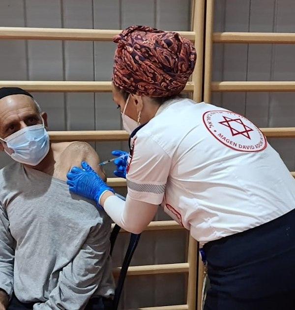 מד''א מחסן את תושבי קרני שומרון - חיסון קורונה / צילום: דוברות מד''א