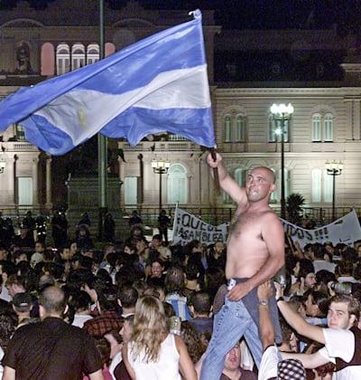 אלפי ארגנטינאים, מאנשי עסקים ועד מובטלים, מחו על המצב הכלכלי אליו הידרדרה המדינה, בואנוס איירס, ינואר 2002 / צילום: Reuters