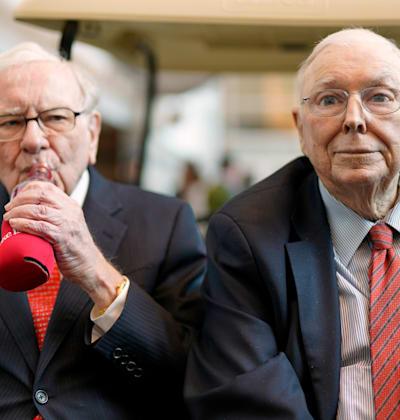 וורן באפט ושותפו צ'ארלי מאנגר. לא אוהבים להשקיע / צילום: Associated Press, Nati Harnik