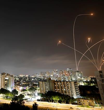 כיפת ברזל מופעלת נגד טילים שנורו מרצועת עזה מעל שמי אשקלון / צילום: Reuters, Amir Cohen