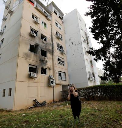 בניין באשקלון שנפגע מרקטה ששוגרה מעזה / צילום: Reuters, Amir Cohen